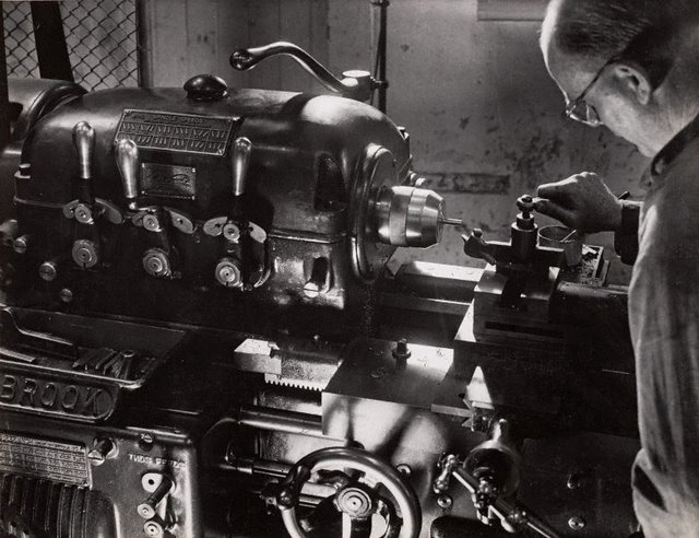 An image of Untitled (man and Holbrook machine)