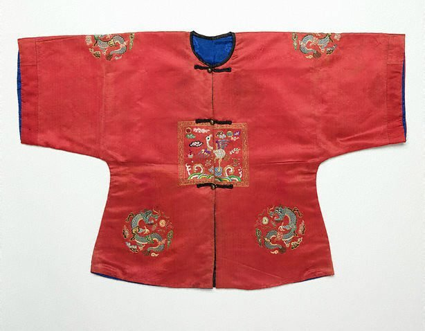 An image of Child's surcoat with third rank badge