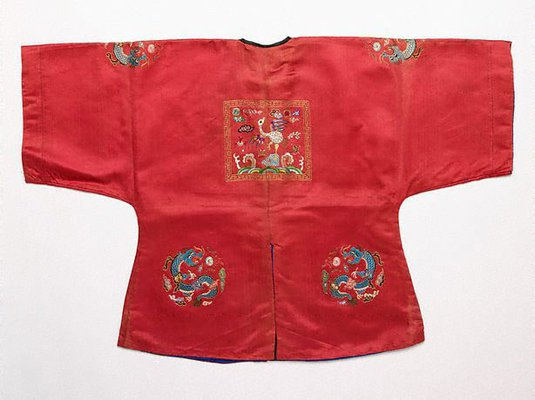 Alternate image of Child's surcoat with third rank badge by