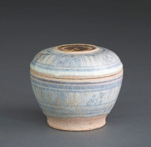 An image of Covered box with lattice and floral patterns by Sawankhalok ware