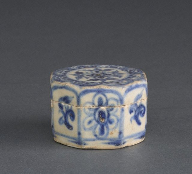 An image of Octagonal covered box with floral motifs