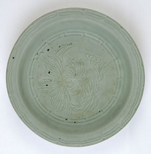 An image of Dish with flat rim with incised pattern and flower design by Hasami ware