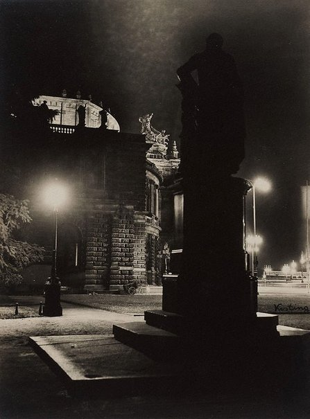 An image of Semper Opera at night by Edmund Kesting