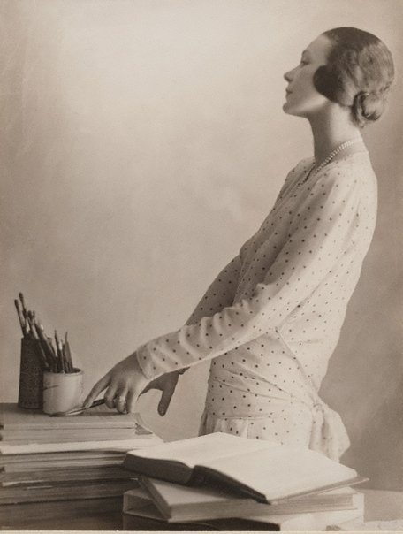 An image of Doris Zinkeisen with her brushes by Harold Cazneaux