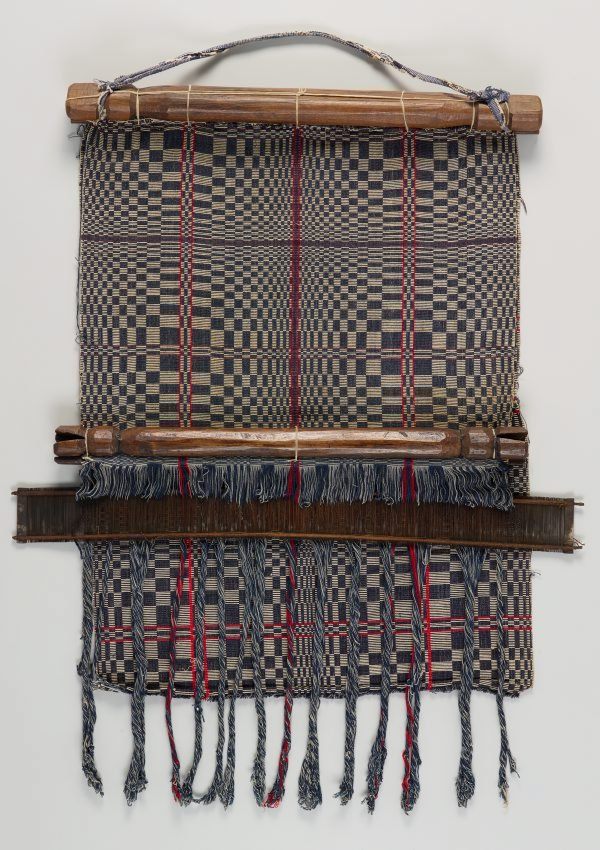 An image of Back-strap loom with section of blanket (owes)