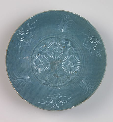 An image of Large dish with floral design by Swatow ware