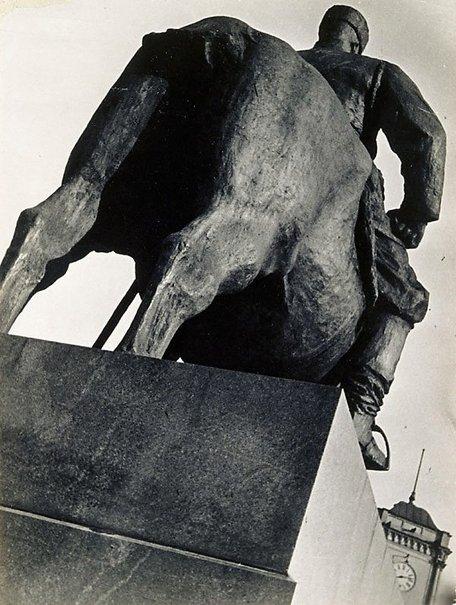 An image of Das Monument Alexander III Leningrad 1929 - 1931 by Boris Ignatovich