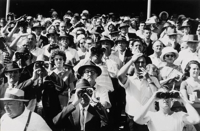 An image of Sydney horse race crowd