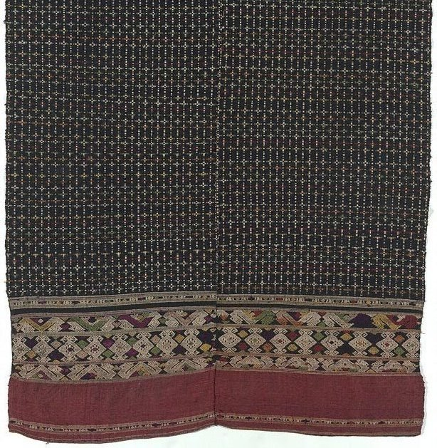 An image of 'Phaa tuum' (shoulder-wrap blanket) with a chequered pattern