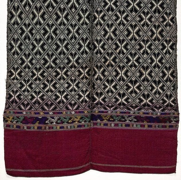 An image of 'Phaa tuum' (shoulder-wrap blanket) with stylised pattern