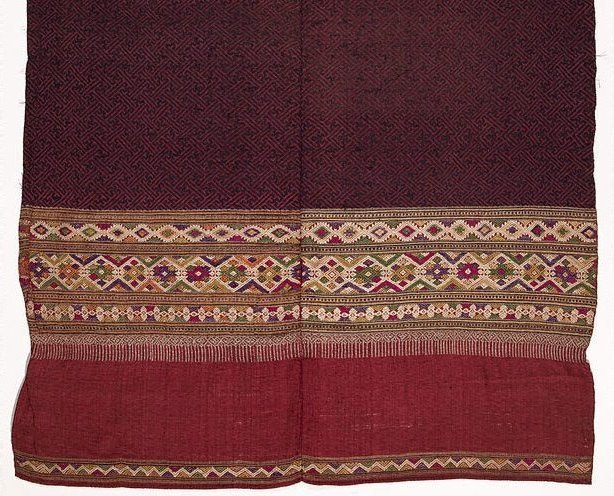 An image of 'Phaa hom' (blanket) with swastika pattern ('kachae')