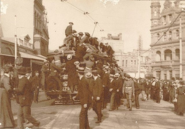 An image of Untitled (people clambering on tram to go up to Rose Bay Heights to view the arrival of the 'great white fleet', 27 August 1908)