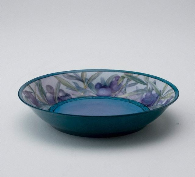 An image of Dish with leaf and podocarpus design
