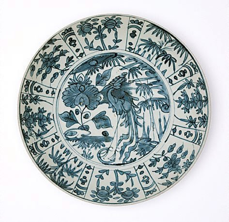 An image of Dish with design of phoenix by Swatow ware