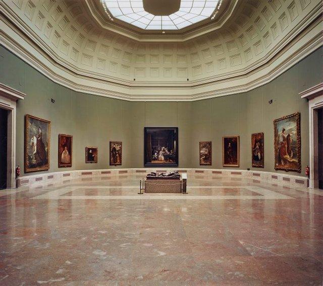 An image of Las meninas reborn in the night I: kneeling before Velázquez's casket