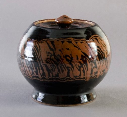 An image of Lidded urn with tenmoku and iron glazes by Shiga Shigeo