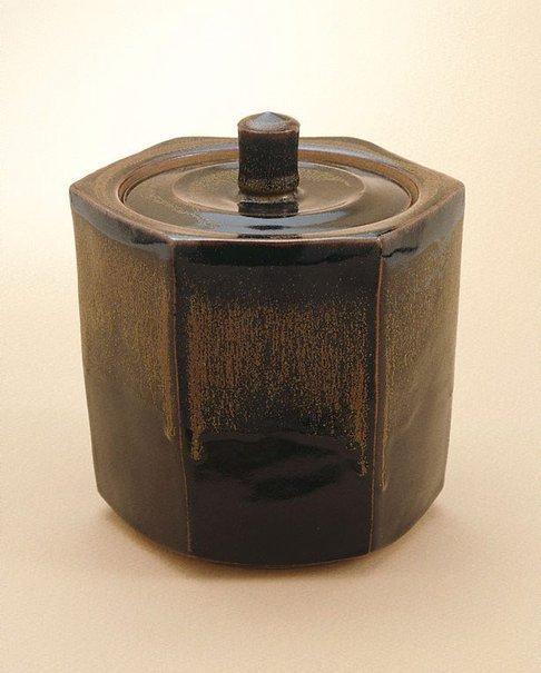An image of Hexagonal urn with tenmoku glaze by Shiga Shigeo