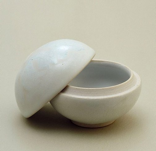 An image of Medicine box with white glaze by Shiga Shigeo