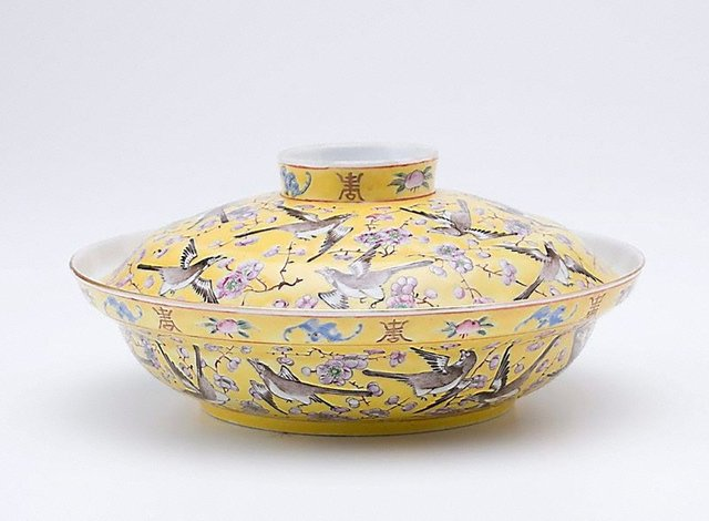 An image of Covered bowl with plum blossom and magpie design