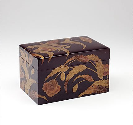 An image of Covered box with design of poppies by Kôdai-ji style maki-e lacquer