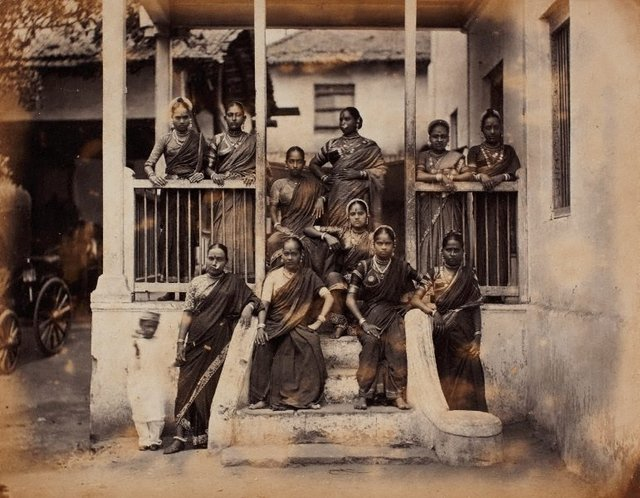 An image of recto: Nautch girls, Bombay (group portrait) verso: (2 women)