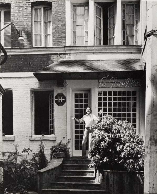 An image of Untitled (woman on the doorstep of 'Le Pavillon' hotel)