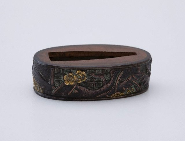 An image of fuchi (design of plum blossoms, lattices and house)