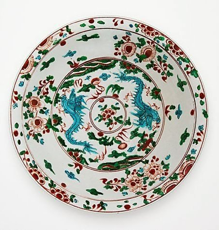 An image of Large dish with design of two dragons by Swatow ware