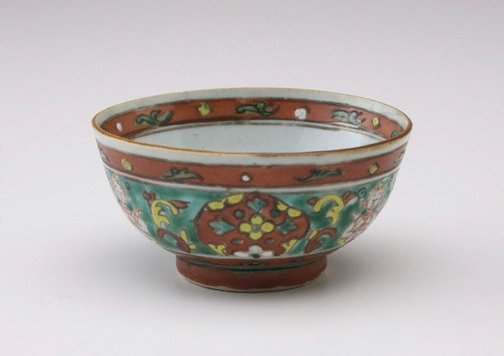 An image of Small bowl decorated with 'thepanom' interspersed with rhomboids by Bencharong ware