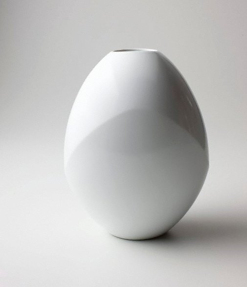 An image of White porcelain jar with flattened side by MAETA Akihiro