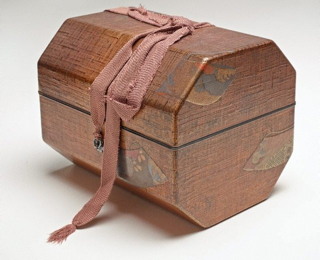 An image of Small hand-held drum ('kotsuzumi') with design of water irises ('kakitsubata') and accompanying storage box with design of scattered kimono sleeves