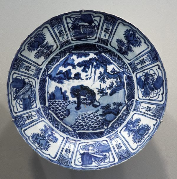 An image of Large dish with lion motif