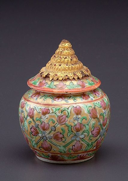 An image of Jar 'toh prik' by Bencharong ware
