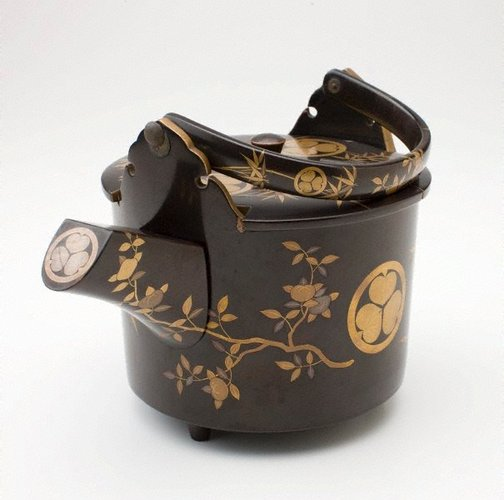 An image of Hot water pot with Tokugawa crests by