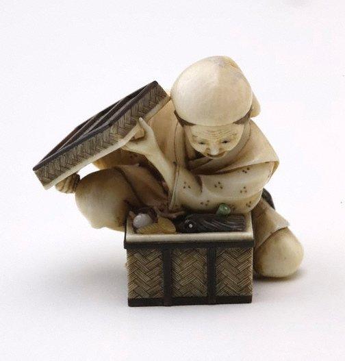 An image of Woman opening a treasure box (okimono) by Homei
