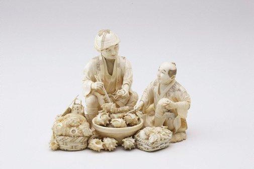 An image of Two male figures eating shell fish (okimono) by Hôgyoku