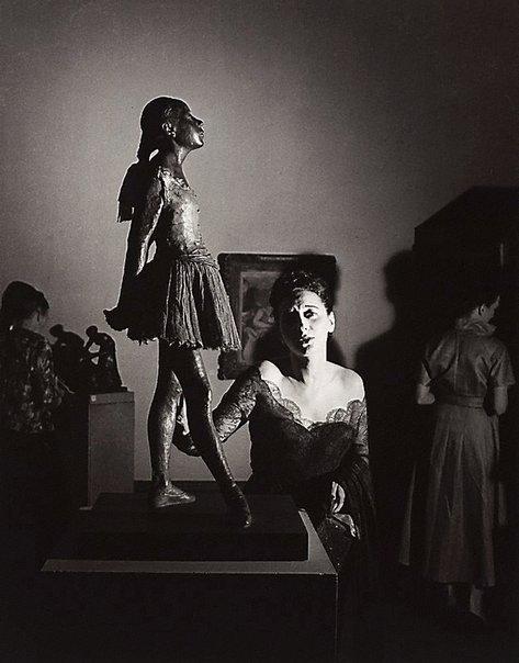 An image of Tondi Adams with Degas statue, Epstein retrospective, Tate Gallery, London by David Potts