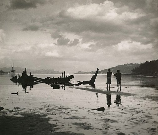 An image of Beachcombers by Harold Cazneaux