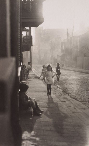 An image of Albion Street, Surry Hills by Harold Cazneaux