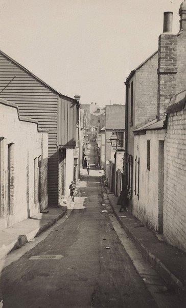 An image of Lane in Redfern by Harold Cazneaux