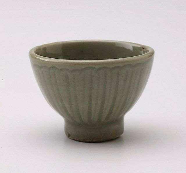 An image of Small bowl with incised petal decoration
