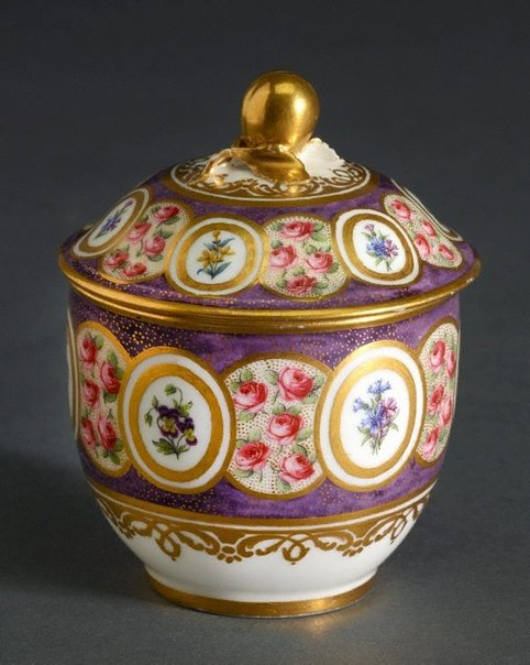 An image of Sugar bowl and lid (pot a sucre Bouret) by Sèvres