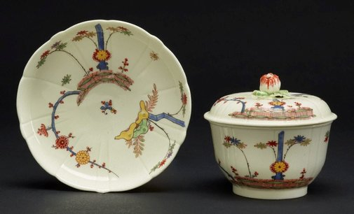 An image of Covered bowl and stand by Saint-Cloud porcelain factory