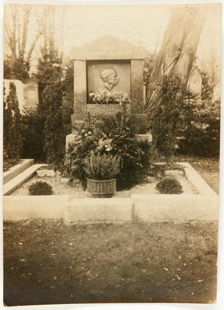 An image of Image of tombstone for the Family of Zacharias Klinger with portrait bronze plaque by Eleonore Lange by Eleonore Lange
