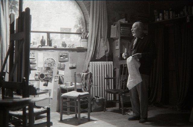 An image of Jeffrey Smart in his studio