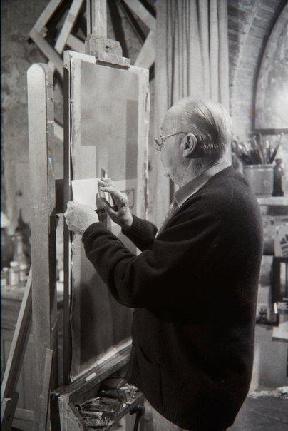 An image of Jeffrey Smart in his studio by Robert Walker