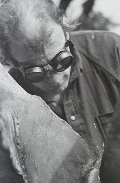 An image of Clement Meadmore working by Robert Walker