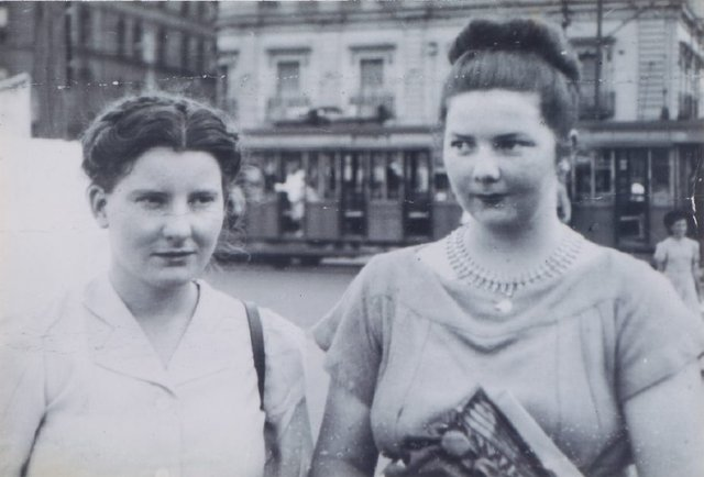An image of Margaret Olley and Margaret Cilento at McMahons Point, Sydney