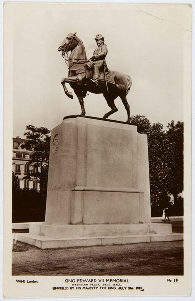 An image of Postcard depicting the King Edward VII memorial 1921 by Bertram Mackennal by W&K London