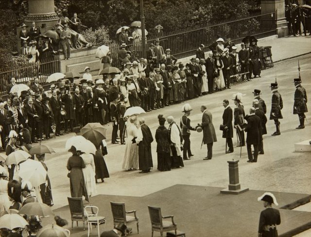 An image of King George VI greeting dignitaries at the unveiling of the King Edward VII memorial by Bertram Mackennal in London